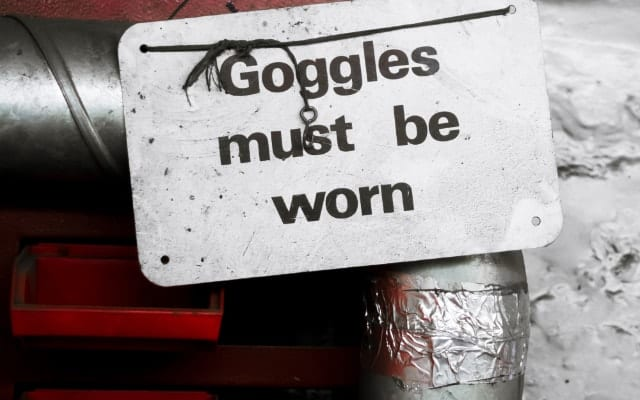 goggle must be worn sign hanging on a pipe