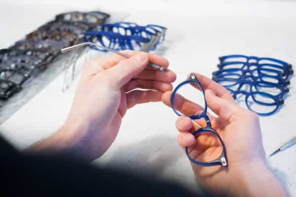 Blue sunglasses being put together 640x400 1