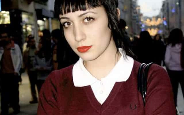 Fred Perry burgunfy girl close up 640x400 - Fred Perry - The non-conformist uniform